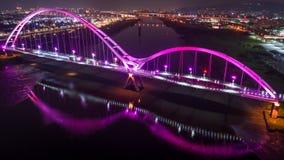 新月形桥梁-新的台北,有美好的照明的台湾著名地标在晚上 库存照片