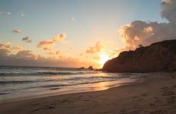 新月形海湾海滩日落 免版税库存图片