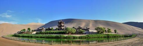 新月形湖在Mingsha单回声在敦煌市,甘肃,中国附近的沙子山 图库摄影