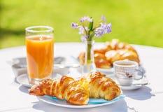 新月形面包、咖啡和橙汁 免版税库存照片