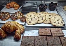 新月形面包、杯形蛋糕和曲奇饼 库存照片