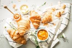 新月形面包、果酱、蜂蜜和黄油-轻快早餐 库存照片