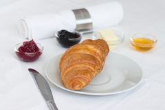 新月形面包、果酱、黄油和蜂蜜 库存图片
