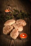 新月形面包、酥皮点心、松饼、蛋糕和酥皮点心在美好的木背景与蜡烛2 免版税库存照片