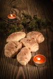 新月形面包、酥皮点心、松饼、蛋糕和酥皮点心在美好的木背景与蜡烛2 库存图片