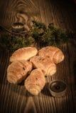 新月形面包、酥皮点心、松饼、蛋糕和酥皮点心在美好的木背景与蜡烛5 库存照片