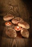 新月形面包、酥皮点心、松饼、蛋糕和酥皮点心在美好的木背景与蜡烛1 图库摄影