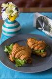 新月形面包三明治用在灰色板材的火腿 库存照片