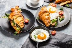 新月形面包三明治用煎蛋,沙拉叶子,烤了Mushr 免版税库存照片