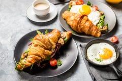 新月形面包三明治用煎蛋,沙拉叶子,烤了Mushr 库存图片