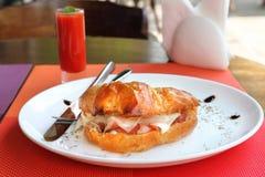 新月形面包三明治用帕尔马火腿、切达干酪和鸡蛋 图库摄影