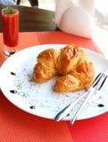 新月形面包三明治用帕尔马火腿、切达干酪和鸡蛋 免版税库存照片