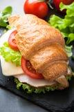 新月形面包三明治用火腿、乳酪、莴苣和蕃茄 免版税库存图片