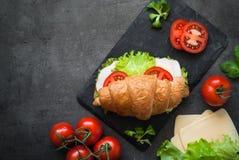 新月形面包三明治用火腿、乳酪、莴苣和蕃茄 免版税图库摄影