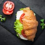 新月形面包三明治用火腿、乳酪、莴苣和蕃茄 免版税库存照片