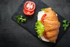 新月形面包三明治用火腿、乳酪、莴苣和蕃茄 库存照片