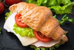 新月形面包三明治用火腿、乳酪、莴苣和蕃茄 图库摄影