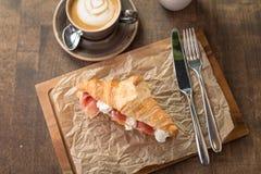 新月形面包三明治用火腿和乳脂干酪 图库摄影