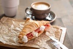 新月形面包三明治用火腿和乳脂干酪 库存图片