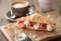 新月形面包三明治用火腿和乳脂干酪 免版税库存图片