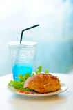 新月形面包与蓝色Sode的火腿乳酪 免版税库存照片