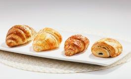 新月形面包典型地供食早餐 图库摄影