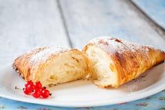 新月形面包分裂用红浆果 免版税库存图片