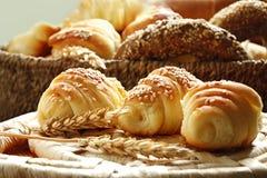新月形面包和各种各样的面包店产品 库存照片