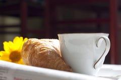 新月形面包和咖啡早晨用早餐 免版税库存图片