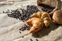 新月形面包和咖啡豆组合  免版税库存照片