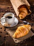 新月形面包和咖啡 免版税库存照片