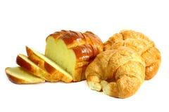 新月形面包和切的面包 免版税图库摄影