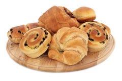 新月形面包和奶油蛋卷小圆面包 库存照片