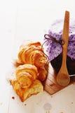 新月形面包和山莓果酱 库存图片