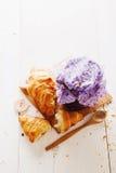 新月形面包和山莓果酱 免版税图库摄影