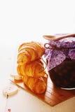 新月形面包和山莓果酱 免版税库存照片
