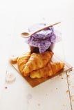 新月形面包和山莓果酱 库存照片