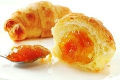 新月形面包和杏子果酱 免版税图库摄影