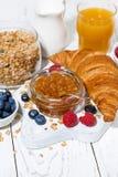 新月形面包和果酱早餐,垂直 免版税库存图片