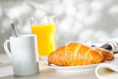 新月形面包和橙汁 免版税图库摄影
