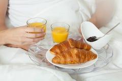 新月形面包和汁液在早餐 库存图片
