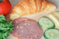 新月形面包和火腿为烹调火腿乳酪三明治做准备 库存照片
