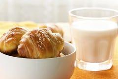 新月形面包和牛奶早餐 库存照片