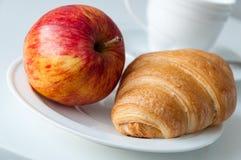 新月形面包和苹果早餐 库存图片