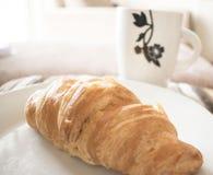 新月形面包和茶 库存照片