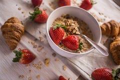 新月形面包和草莓 库存图片