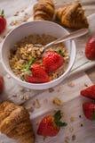 新月形面包和草莓 图库摄影