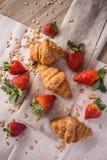 新月形面包和草莓 免版税图库摄影