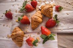 新月形面包和草莓 免版税库存照片