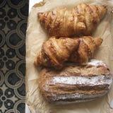 新月形面包和面包 免版税库存照片